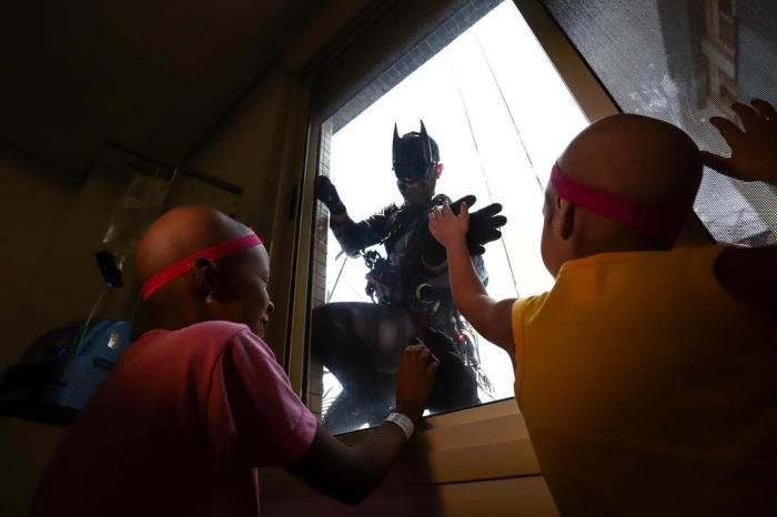 Alpinistas vestidos de super-heróis alegram o dia dos pacientes do Hospital da Criança Santo Antônio