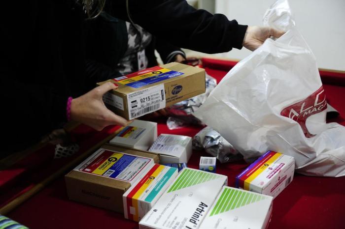 Remédios podem ficar até 4,33% mais caros a partir desta segunda: veja como economizar