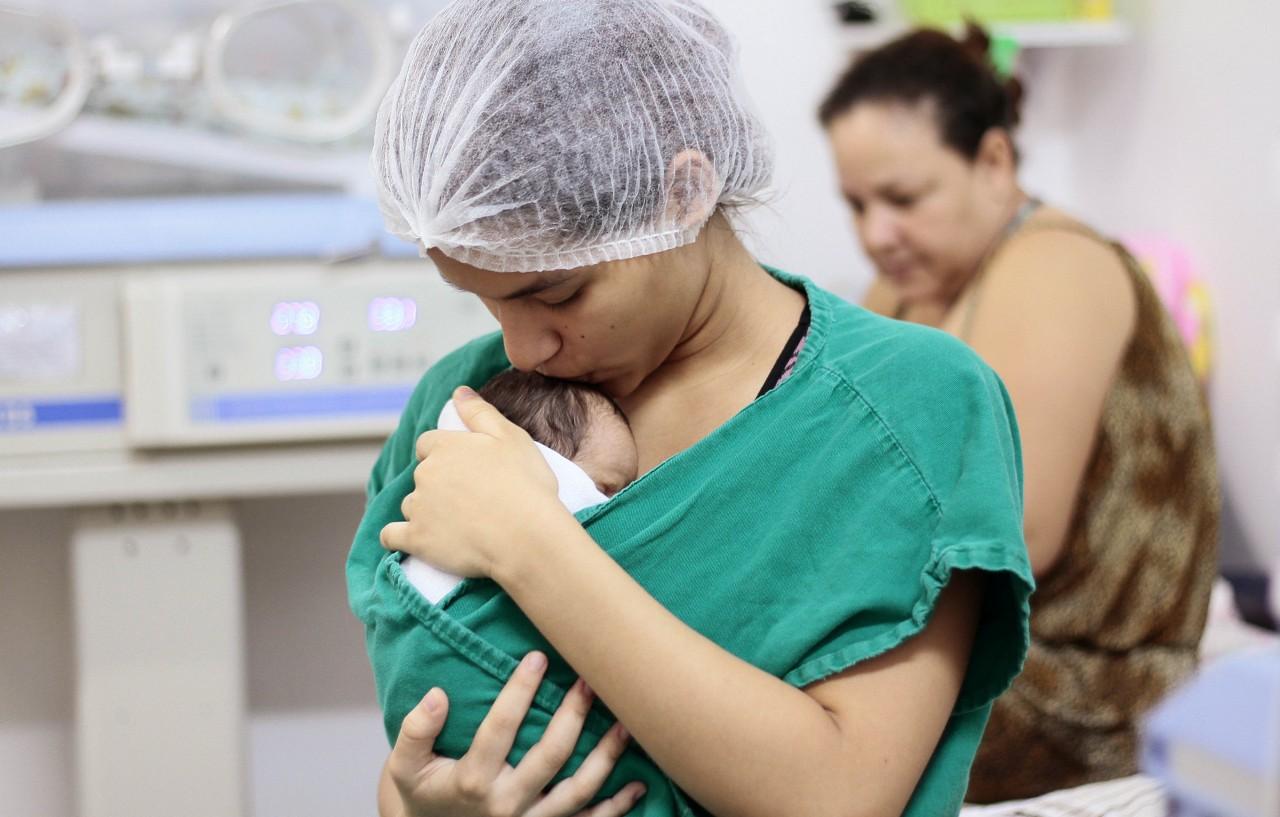 Prática que melhora o tratamento de bebês prematuros completa 40 anos; veja os benefícios
